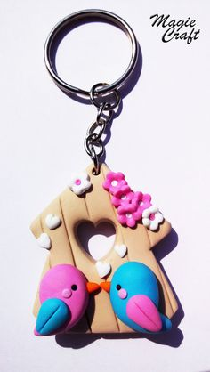 Key chain with pendant made entirely by hand. A cottage with two lovebirds, surrounded by hearts and tiny flowers, all in Fimo. Measure 3.5 cm. A