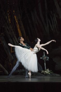 Carlos Acosta as Albrecht and Natalia Osipova as Giselle in Giselle © ROH / Bill Cooper 2014 by Royal Opera House Covent Garden, via Flickr