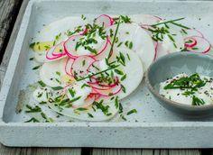 Både neper og reddiker er nydelig rå, så hvorfor ikke lage en lekker og knasende sprø råkost i flere lag? Selve kuttingen er enklest med en grønnsakskiver (mandolin), men du klarer det med en skarp kniv også. Rør sammen en enkel yoghurtdressing smakt til med litt hvitløk og sitron. Og dryss til slutt over hakket gressløk. Resultatet er en sommerlig råkostsalat som er spesielt god til grillet fisk. Fresh Rolls, Ethnic Recipes, Food, Noodle Salads, Eten, Meals, Diet