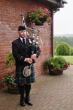 Today I Bagpiped for the well attended funeral of a Glasgow born lady, who had resided in the Llanelli area since childhood. The service took place at Llanelli Crematorium. After the service, balloons reflecting the deceased's favourite colours of purple & mauve were released in her memory. #SouthWales #Funeralmusic #Bagpipes #Llanelli