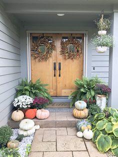 Pretty farmhouse front porch steps design ideas 00016 ~ Home Decoration Inspiration Autumn Nature, Potted Mums, Decor Design, Fall Home Decor, Inviting Home, Fall Porch, Fall Decorations Porch, Stone Decor, Porch Decorating