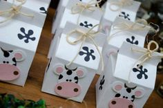 SACOLINHA SURPRESA Cow Birthday Parties, Baby Boy 1st Birthday, Birthday Candy, Birthday Favors, Farm Animal Birthday, Cowboy Birthday, Farm Birthday, Farm Themed Party, Farm Party