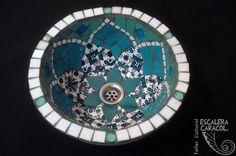 Bacha realizada por Mariela Pequenino. http://tallerescaleracaracol.com/artes-del-fuego/mosaico/pasta-piedra/