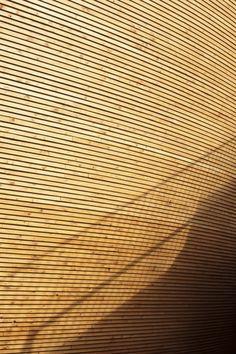Sombras na Capela Kamppi, em Helsinque, Finlândia. Arquitetos: K2S Architects.