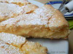 L'esterno friabile e delicato e un cuore cremoso, questa è la torta della nonna con crema all'arancia, un dolce raffinato da servire come fine pasto.
