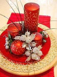 Christmas Table Decoration Ideas Find more ideas at… Christmas Wedding Centerpieces, Christmas Table Settings, Christmas Table Decorations, Christmas Candles, Decoration Table, Christmas Holidays, Christmas Wreaths, Christmas Ornaments, Graduation Centerpiece