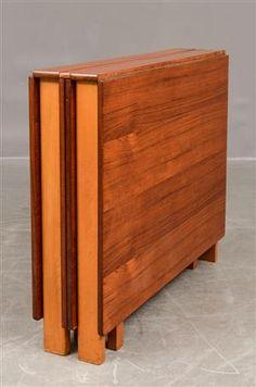 Matbord/slagbord troligen Bruno Mathsson, 60-tal i teak. H: 72 cm, B: 90 cm. Med alla skivor utdragna Längd 279 cm. Hopfälld L: 23 cm. Bruksslitage, repor på bordsskiva, avslag, mindre fanersläpp, någon krympning.