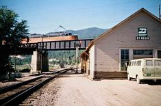 Railroad Photography, Art Photography, Beach Vacation Outfits, Milwaukee Road, Railroad Pictures, Burlington Northern, Train Pictures, Model Train Layouts, Round House