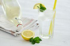 Rezept Selbstgemachter Zitronen-Melissen Saft My Mirror, Glass Of Milk, Beverages, Food, Juice, Syrup, Homemade, Drinking, Recipes