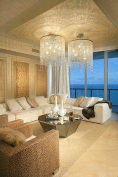 lustre en cristal, deux plafonniers en cristal dans un séjour moderne