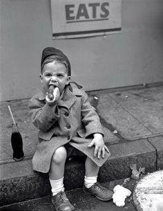 Foto: Boy Eating Hot Dog - May 26, 1950 (via Pilgrimage fb)