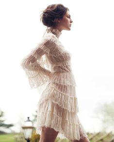 O romantismo foi o segundo período mais marcante do século XIX (entre 1820 e 1840). Esta época chamada também de restauração não teve muita importância para a moda feminina, foi mais um processo de transição da moda do império para a era romântica. Falando agora de pormenores acerca do vestuário as mulheres usavam vestidos ate […]