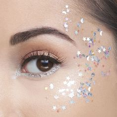 treasure pot glitter gel Be the star of the show & then some with this limited-edition star & moon silver glitter gel. Silver Glitter Eye Makeup, Glitter Makeup Looks, Glitter Gel, Festival Makeup Glitter, Glitter In Hair, Music Festival Makeup, Sparkly Makeup, Loose Glitter, Glitter Eyeliner