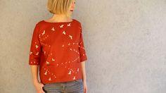 FrauAiko ist ein Schnitt für alle, die es schlicht und modern mögen. Die Bluse sitzt locker, hat überschnittene Schultern und einen geraden, kurzen Saum. Ein besonderer Hingucker sind die großen aufgesetzten Taschen, die in Saum und Seitennaht eingearbeitet werden. Mit den 3/4-langen Ärmeln wird die Bluse ein Lieblingsteil vom Frühling bis in den Herbst! Ruck Zuck genäht mit der ausführlich bebilderten Nähanleitung. Schritt für Schritt vom Schnittmuster bis zum fertigen Stück. Die…