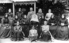 Frissen beöltözött apáca családjával, Kalocsa, 1922