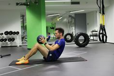 Med-Ball-Situps in der neuen Functional Fitness Hall Sit Up, The Row, Fitness, September, Training, Bike, Gym, Luxury, Sports