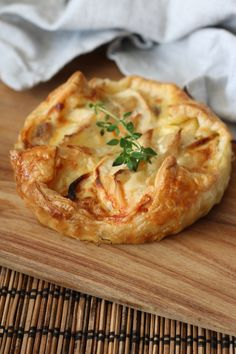 Parsnip tarts with brie Brie, Veggie Recipes, Vegetarian Recipes, Healthy Recipes, Tapas, Lunch Snacks, Appetizers For Party, Vegetable Dishes, Tasty Dishes