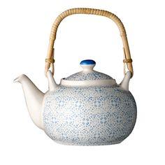Théière en céramique blanche imprimé bleu Isabella Bloomingville. En céramique et anse rotin, on adore son motif bleu finement travaillé.