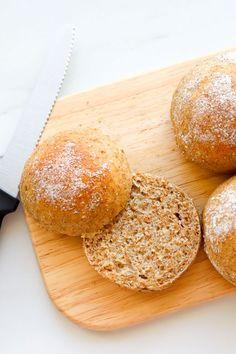Nämä maukkaat ruissämpylät leivotaan ruis- ja vehnäjauhoista. Mukaan lisätään vielä ruisleseitä. Pehmeät sämpylät saat, kun varot lisäämästä liikaa jauhoja. #sämpylät #leivonta Bread Baking, Food, Baking, Essen, Meals, Yemek, Eten