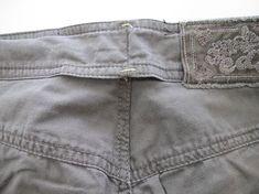 Voici un pas à pas pour reprendre un pantalon trop large à la taille. En enfilant le pantalon, on met des épingles sur le surplus de tiss...