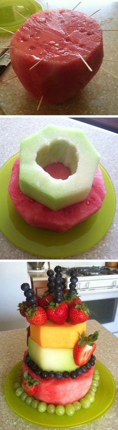 Kindergeburtstags Kuchen aus Obst. Befüllt mit Pudding in der Mitte immer noch…