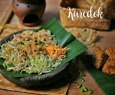Karedok asli Sunda.. This karedok is signature salad from west java indonesia. Made from fresh vegetables such as longbeans, carrot, cucumber, tauge, cabbage, mix with peanut sauce. Yummy #karedok #peanutsauce #pecel #indonesiancuisine #masakan #indonesia