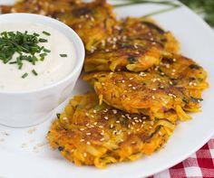 Leckere Kartoffel Karotten Puffer schmecken Groß und Klein! Dieses Rezept enthält nur natürliche Zutaten, perfekt für alle Gesundheitsbewusste.