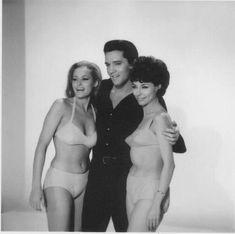 Fun in Acapulco = 1963 - Photo Presse - Elvis Presley , Ursula Andress et Elsa Cardenas .