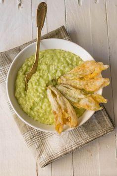 Risotto alla crema di zucchine con formaggio fresco e fiori fritti