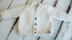 An adorable Baby V-Neck Raglan Cardigan for babies months. Free knitting pattern and video tutorial explained step by step, ideal for beginners. So Woolly. Baby Cardigan Knitting Pattern Free, Baby Boy Knitting Patterns, Baby Sweater Patterns, Cardigan Pattern, Easy Knitting, Knit Patterns, Knitting Dolls Clothes, Baby Mittens, Baby Embroidery