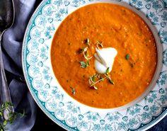 Varm, sund  suppe til en kølig hverdag. Smag den gode dybde og sødme fra tomater og peberfrugter, der bages i ovnen. Nyd den med et godt brød og evt. lidt kylling.