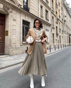 2019 Fall Trend: Everyone Is Already Wearing This Bottega Veneta Pouch Modesty Fashion, Muslim Fashion, Hijab Fashion, Korean Fashion, Fashion Dresses, Long Skirt Fashion, Winter Fashion Outfits, Trendy Fashion, Spring Outfits
