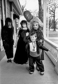 stephen king and his family in april 1981 posing for people magazine. -Fortheloveofhorror: stephen king and his family in april 1981 posing for people magazine. Stephen King Quotes, Stephen King Books, Halloween Photos, Vintage Halloween, Family Halloween, Happy Halloween, Stephen King Interview, Werewolf Costume, Amphibians