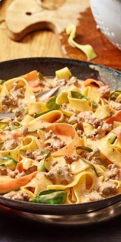 Nudeln aus Gemüse - alles was du für die Zubereitung benötigst sind Karotten, Zucchini und einen Sparschäler. So entsteht im Handumdrehen dieser Gemüseschlangen-Bandnudel-Topf, der mit Hackfleisch und geriebenem Käse verfeinert wird. Himmlisch gut!
