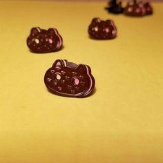 die case enamel cookie cat pin. Pin is 3/4 inches wide. Pin comes with rubber clutch or locking pin back for 1 dollar more