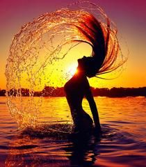 Beauty splashing water with her hair. Beauty model girl splashing water with her , Beach Photography Poses, Beach Poses, Silhouette Fotografie, Sunset Girl, Water Shoot, Shotting Photo, Photographie Portrait Inspiration, Girl In Water, Silhouette Photography