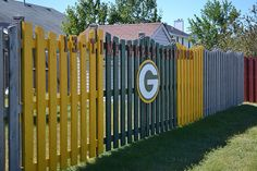 Cool Green Bay Packers fence ~ I don't think my Honey would let me do this to our fence! Green Bay Packers Cheesehead, Go Packers, Green Bay Packers Fans, Packers Football, Football Baby, Football Season, White Picket Fence, Winning The Lottery, Green And Gold
