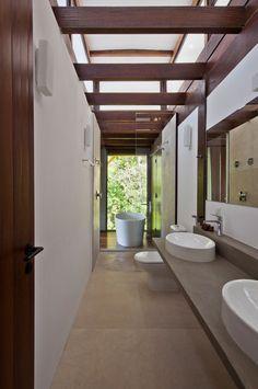 https://www.revistahabitare.com.br/arquitetura/circulacao-livre-e-metodo-construtivo-leve-na-casa-tijucopava/