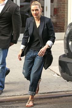 Watch: How celebrities wear boyfriend jeans for spring style? Kate Winslet street style with boyfriend jeans. We can wear this TODAY people.Kate Winslet street style with boyfriend jeans. We can wear this TODAY people. Mode Outfits, Jean Outfits, Casual Outfits, Fashion Mode, Look Fashion, Womens Fashion, Fashion Blogs, Fashion Tag, Fashion Outfits
