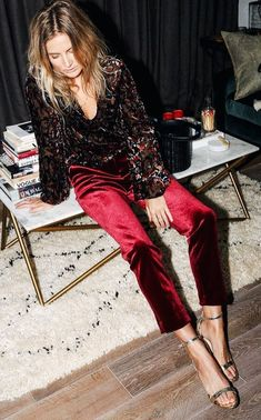 We've rounded up 20 tastefully sparkly New Years Eve outfit ideas to suit any glitter tolerance or venue. May 2017 be your most fashionable year yet! Cocktail Party Outfit, Holiday Party Outfit, Cocktail Attire, Long Cocktail Dress, Holiday Outfits, Winter Engagement Party, Simple Wardrobe, Long Formal Gowns, New Years Eve Outfits