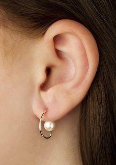 Vibe Harsløf. Style: Earring w. pearl small silver Foto: Kasper Buchardt Thye
