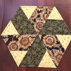 Autumn Sunflower Green & Yellow Quilted Hexagon Table Topper, Candle Mat, Reversible to Christmas Table Runner And Placemats, Table Runner Pattern, Quilted Table Runners, Hexagon Quilt, Quilt Block Patterns, Quilt Blocks, Quilting Projects, Sewing Projects, Quilting Tools