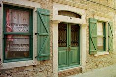 15. Eski Rum evleri:Daracık sokaklarına dizilmiş bahçeli, geniş balkonlu taş evler, Eski Foça'nın tüm hikayesini sokak sokak konuşmadan anlatıyor, siz de duyabiliyor musunuz?