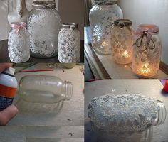 Frascos Shabby Chic - decorar frascos comunes y convertirlos en objetos de estilo romántico para utilizarlos de candelabros o floreros. http://www.manualidadesplus.com/2011/12/frascos-shabby-chic.html