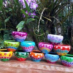 Painted Plant Pots, Painted Flower Pots, Flower Pot Crafts, Clay Pot Crafts, Pottery Painting Designs, Pottery Art, Bottle Crafts, Diy Bottle, Terracotta Paint