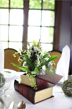 Floral arrangement in book. ((Very nice! Book Wedding Centerpieces, Table Centerpieces, Library Wedding, Wedding Book, Wedding Cards, Book Flowers, Table Centers, Decoration Table, Balcony Decoration