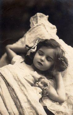 アンティーク ポストカード*お人形とお昼寝の可愛い女の子 - 雑貨 -【garitto】