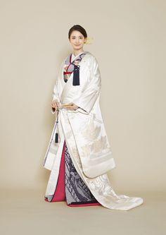着物 | Kimono | オーセンティック銀座 - ウェディングドレスレンタル Japanese Costume, Japanese Kimono, Traditional Kimono, Traditional Outfits, Wedding Kimono, Japanese Characters, Oriental Fashion, Yukata, Hanfu