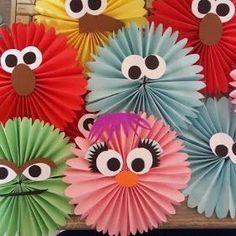 Nie mehr langweilig: Lustiges Kinderhandwerk mit Papierrosetten No more boring: fun children's crafts with paper rosettes, craft Preschool Crafts, Fun Crafts, Diy And Crafts, Paper Crafts, Monster Birthday Parties, Elmo Birthday, Winter Crafts For Kids, Art For Kids, Sesame Street Birthday