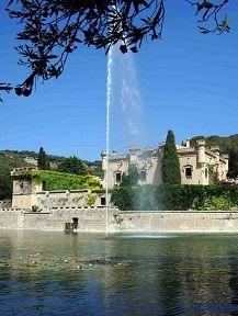 Castell amb llac. Castillo con lago. Castle with lake. Château avec lac.